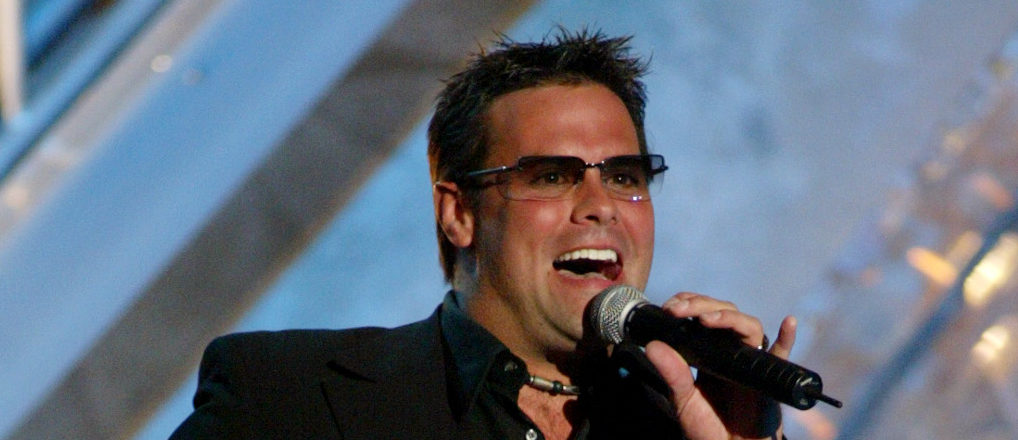 """Troy Gentry of country duo Montgomery Gentry performs the song """"My Town"""" at the 38th Annual Academy of Country Music Awards at the Mandalay Bay Events Center in Las Vegas, Nevada, May 21, 2003. REUTERS/Ethan Miller EM - RP3DRIMSUHAA"""