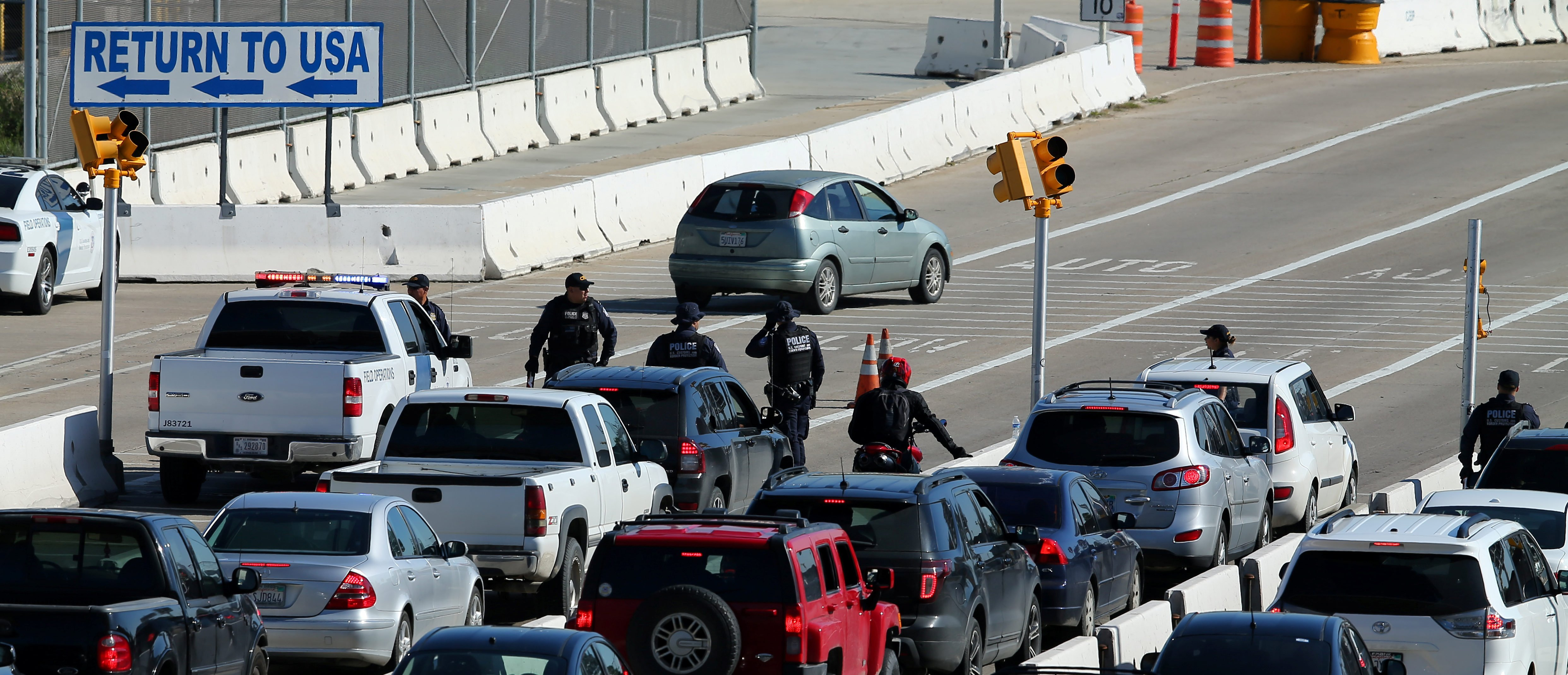 U.S. Customs and Border Patrol agents stop traffic heading into Mexico to check vehicles leaving the country in San Ysidro, California, U.S., January 25, 2017.   REUTERS/Mike Blake