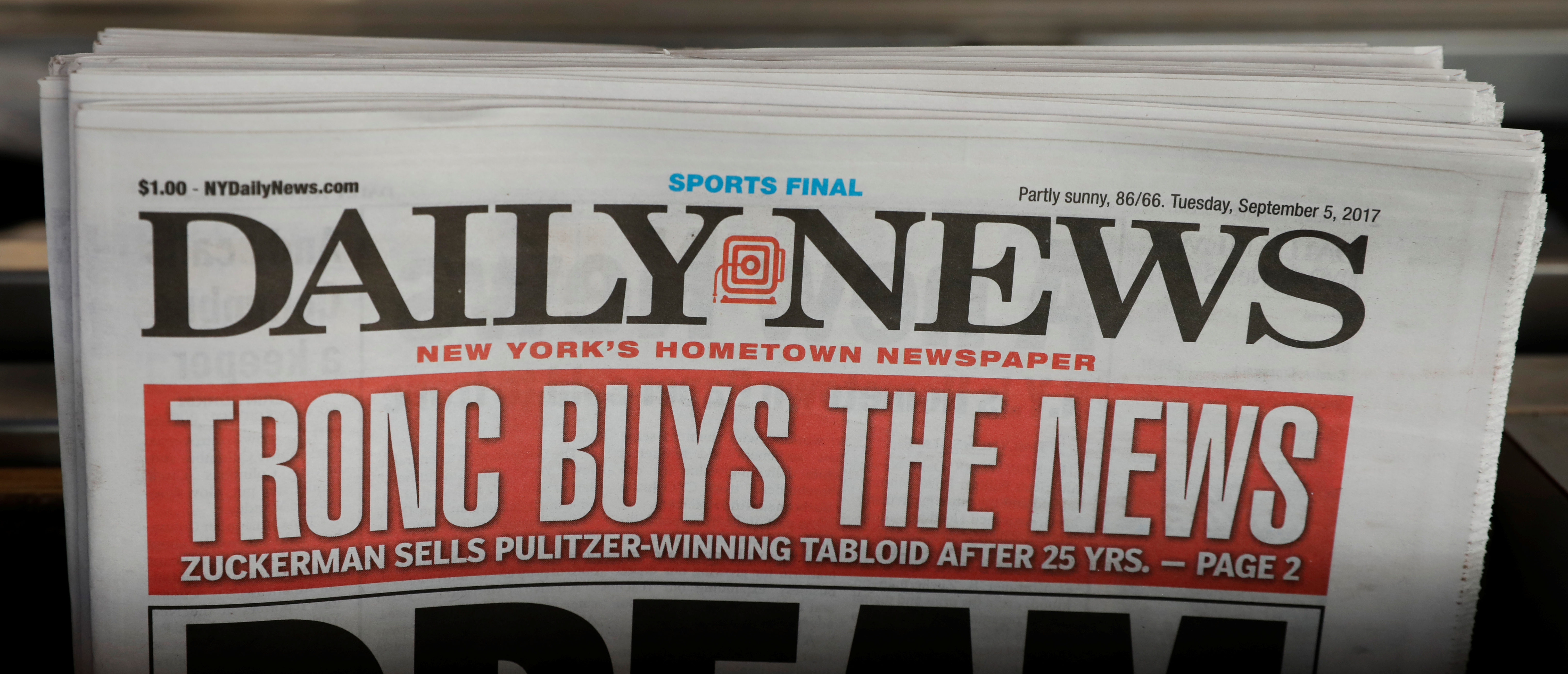 """A New York Daily News with the headline """"TRONC BUYS THE NEWS"""" is seen on a newsstand in New York City, U.S., September 5, 2017. REUTERS/Brendan McDermid - RC171109D620"""