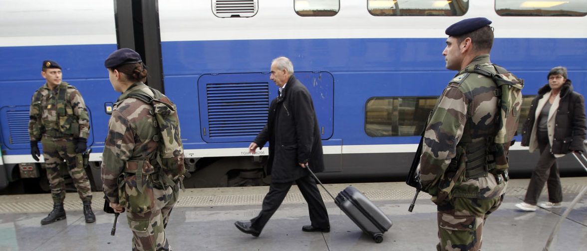 """French soldiers patrol in the Marseille railway station November 10, 2010 as French government reinforces """"Vigipirate"""" public security plan. REUTERS/Jean-Paul Pelissier (FRANCE - Tags: TRANSPORT MILITARY) - PM1E6BA0Z8E01"""