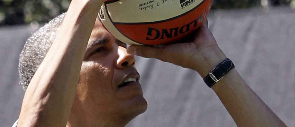 U.S. President Barack Obama plays basketball during a game with children at the 135th annual Easter Egg Roll on the South Lawn of the White House in Washington, April 1, 2013. REUTERS/Jason Reed (UNITED STATES - Tags: POLITICS SOCIETY) - GM1E942021F01
