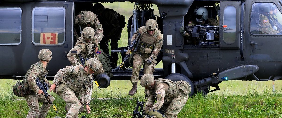 U.S. army soldiers leave Black Hawk helicopter during Suwalki gap defence exercise in Mikyciai, Lithuania, June 17, 2017. REUTERS/Ints Kalnins.