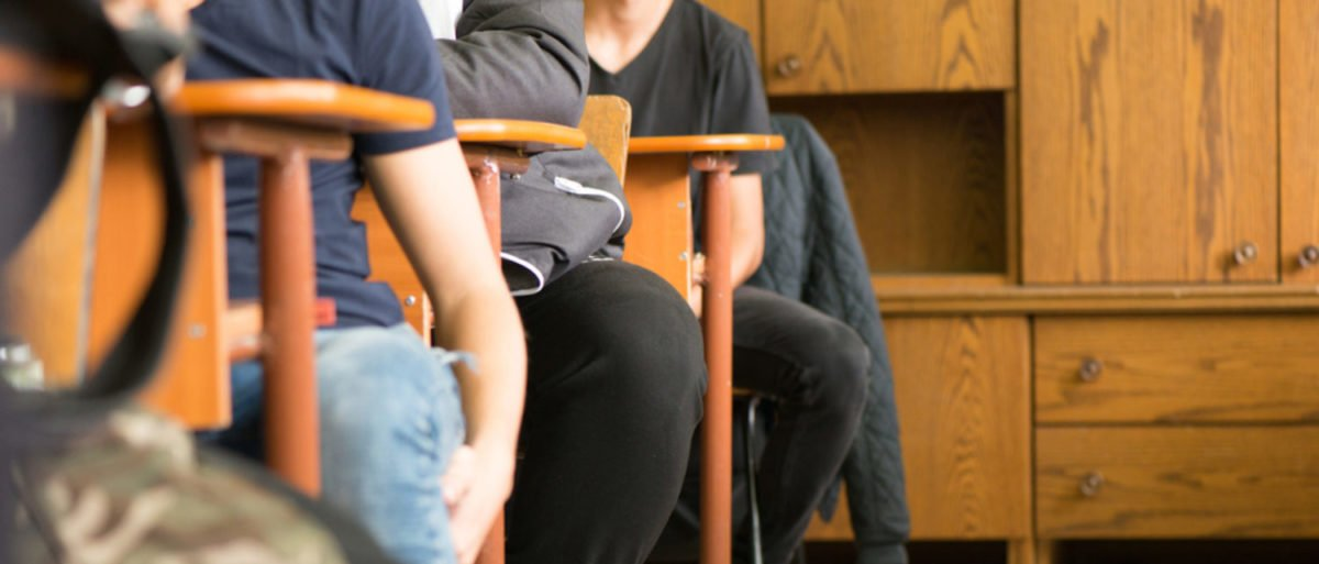 Students are sitting in a classroom. (Photo: Shutterstock/RoberG)