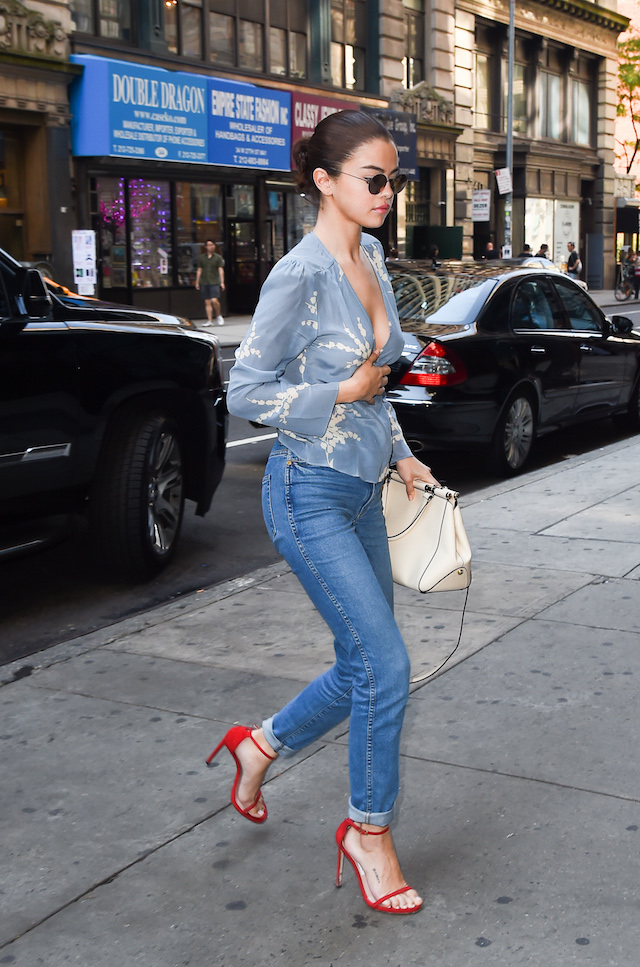 Selena Gomez is spotted out and about in New York City. (Photo:H&H JDHIMAGEZ.COM/Splash News)