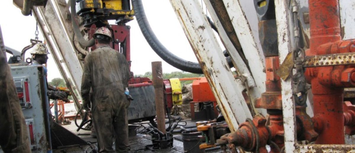 FILE PHOTO: Workers hired by U.S. oil and gas company Apache Corp drill a horizontal well in the Wolfcamp Shale in west Texas' Permian Basin near the town of Mertzon, Texas, U.S. on October 29, 2013.    REUTERS/Terry Wade/File Photo