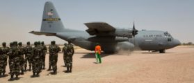 FILE PHOTO: A C-130 U.S. Air Force plane lands as Nigerien soldiers stand in formation during the Flintlock military exercise in Diffa, Niger March 8, 2014.  REUTERS/Joe Penney/File Photo