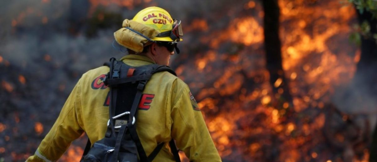 Firefighters work to defend homes from an approaching wildfire in Sonoma, California, U.S. October 14, 2017. (REUTERS/Jim Urquhart