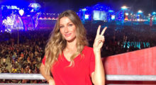 Gisele Bündchen gives peace sign in red shirt at Rockin' Rio event. (photo: Instagram)