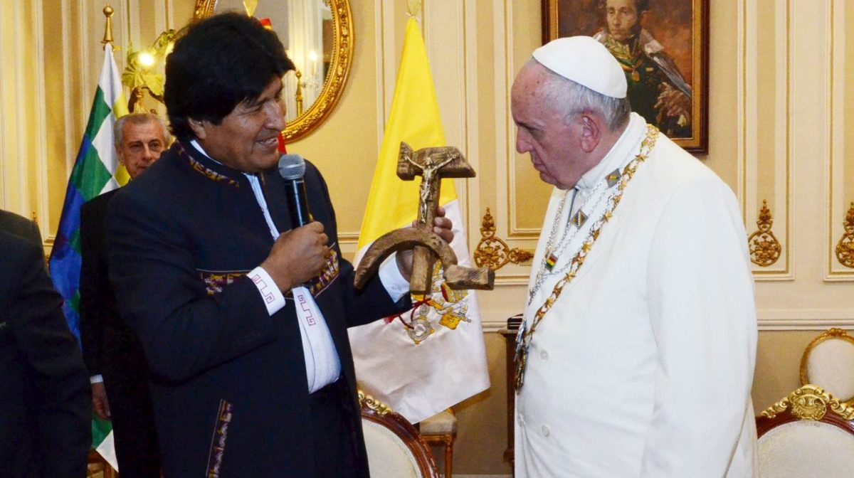 Bolivia's President Evo Morales (L) presents a wooden hammer and sickle, with a figure of a crucified Christ resting on the hammer, as a gift to Pope Francis at the presidential palace in La Paz, July 8, 2015. Picture taken July 8. REUTERS/Bolivian Presidency/Handout via Reuters