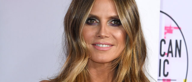 Presenter Heidi Klum arrives at the 2017 American Music Awards on November 19, 2017, in Los Angeles, California. / AFP PHOTO / Mark Ralston (Photo credit should read MARK RALSTON/AFP/Getty Images)