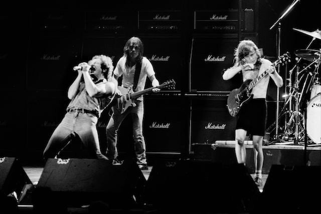 (LtoR) Singer Brian Johnson performs next to guitarists Malcolm Young and Angus Young of Australian legendary hard rock band AC/DC at the Palais Omnisport of Paris Bercy, on September 15, 1984 in Paris. / AFP PHOTO / JEAN-CLAUDE COUTAUSSE (Photo credit should read JEAN-CLAUDE COUTAUSSE/AFP/Getty Images)