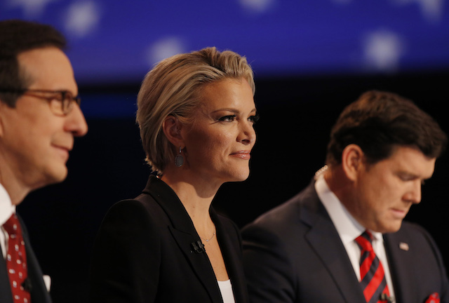 Fox News Channel anchor Megyn Kelly sits between fellow debate moderators Chris Wallace (L) and Bret Baier during the debate held by Fox News for the top 2016 U.S. Republican presidential candidates in Des Moines, Iowa January 28, 2015. REUTERS/Carlos Barria - TB3EC1T07NGV9