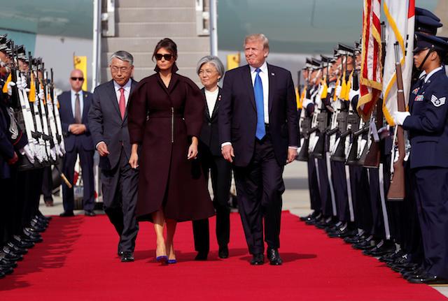 U.S. President Donald Trump and first lady Melania arrive in Seoul, South Korea, November 7, 2017. REUTERS/Jonathan Ernst - RC12EBE11FA0