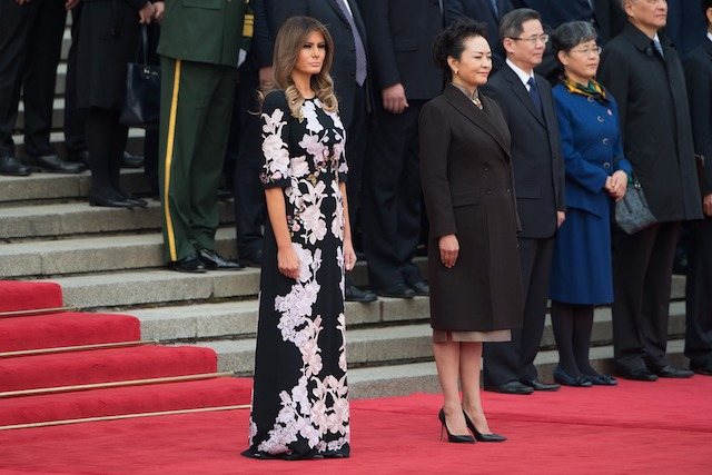 US First Lady Melania Trump (L) and Peng Liyuan (C), wife of China's President Xi Jinping, attend a welcome ceremony at the Great Hall of the People in Beijing on November 9, 2017. / AFP PHOTO / NICOLAS ASFOURI (Photo credit should read NICOLAS ASFOURI/AFP/Getty Images)