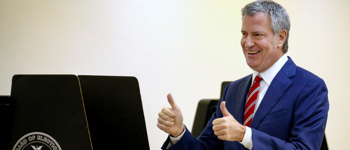 New York City Mayor Bill de Blasio gives a thumbs up after casting his vote in the Park Slope section of the Brooklyn borough of New York City, U.S. November 7, 2017. REUTERS/Brendan McDermid