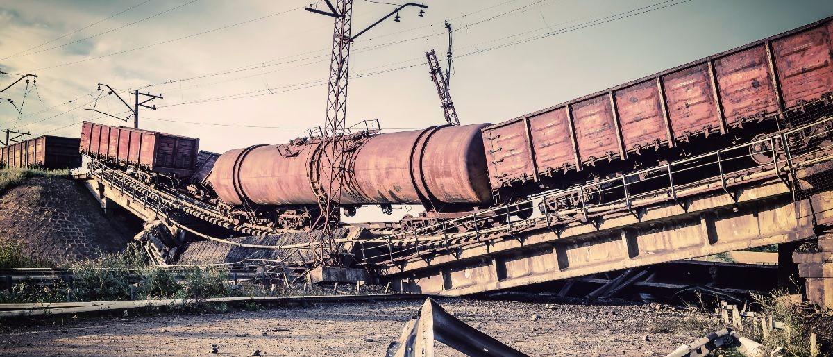 train wreck Shurtterstock/Dmytro Balkhovitin