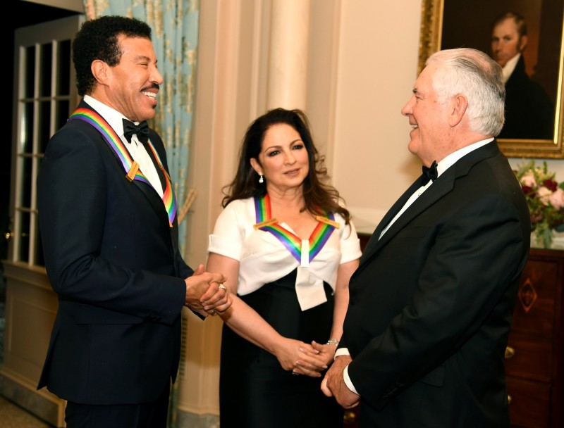 The US Secretary of State UU Rex Tillerson (R) talks to Kennedy Center Horses singer Lionel Ritchie (L) and Cuban-American singer Gloria Estefan at the end of a gala dinner at the US State Department. UU., In Washington, USA. UU., December 2, 2017. REUTERS / Mike Theiler