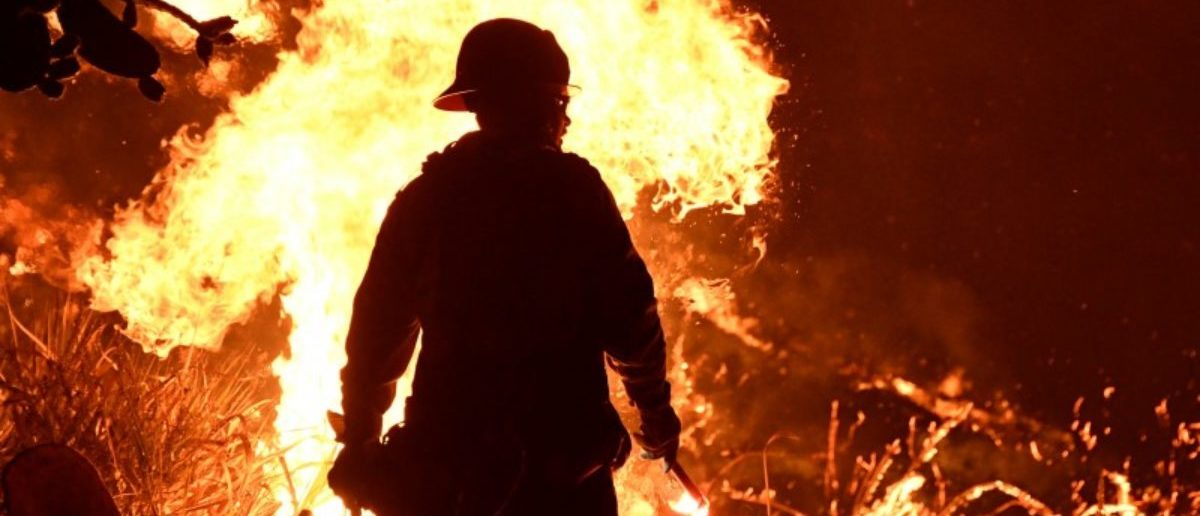 Firefighters battle a Santa Ana wind-driven brush fire called the Thomas Fire near Ventura, California, December 5, 2017. REUTERS/Gene Blevins
