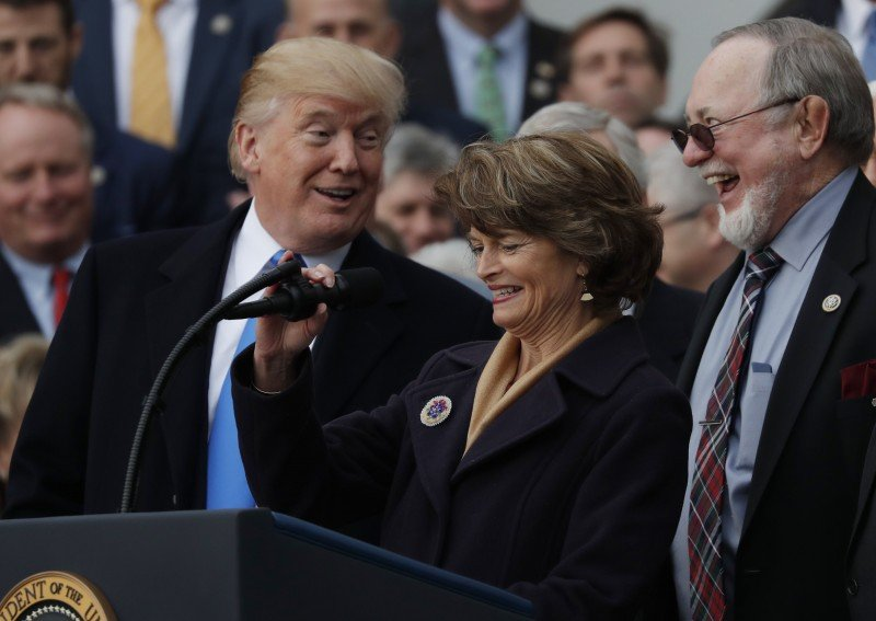 U.S. President Donald Trump celebrates with Sen. Lisa Murkowski (R-AK), Rep Don Young (R-AK) and Congressional Republicans after the U.S. Congress passed sweeping tax overhaul legislation on the South Lawn of the White House in Washington, U.S., December 20, 2017. (REUTERS/Carlos Barria)