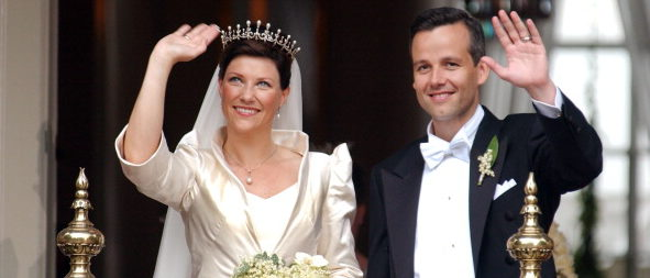 NORWAY - MAY 24: Wedding of Princess Martha Louise and Ari Behn in Trondheim, Norway on May 24, 2002 - Princess Martha Louise and Ari Behn at the royal palace after the ceremony. (Photo by Pool BASSIGNAC/BUU/Gamma-Rapho via Getty Images)
