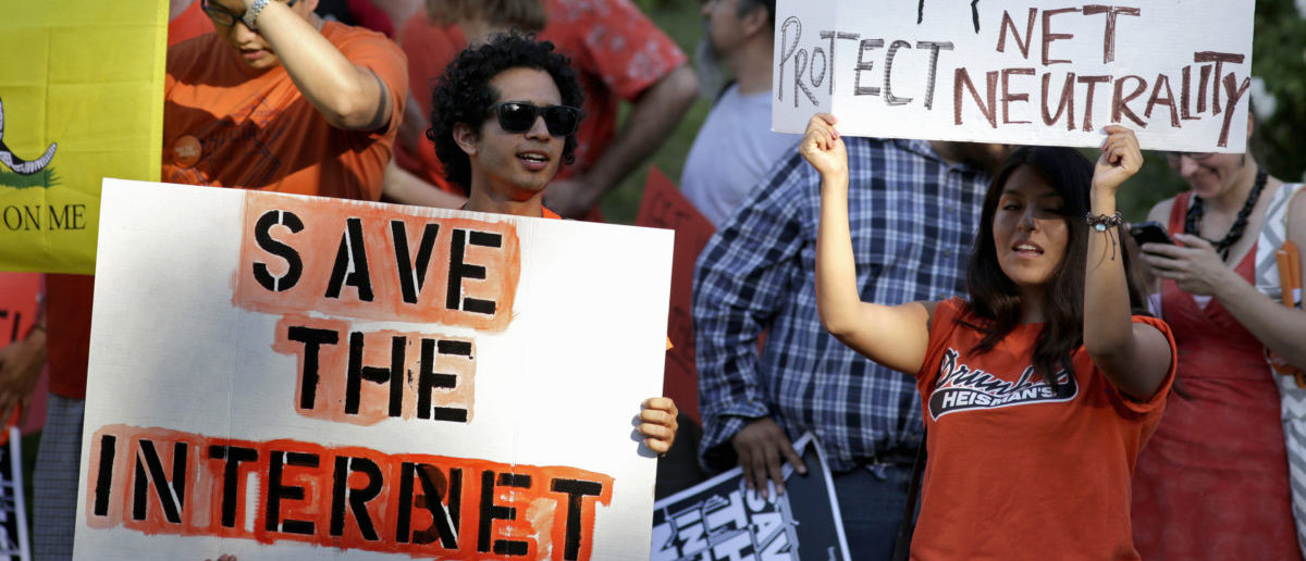 Pro-net neutrality Internet activists rally in the neighborhood where U.S. President Barack Obama attended a fundraiser in Los Angeles, California July 23, 2014. REUTERS/Jonathan Alcorn