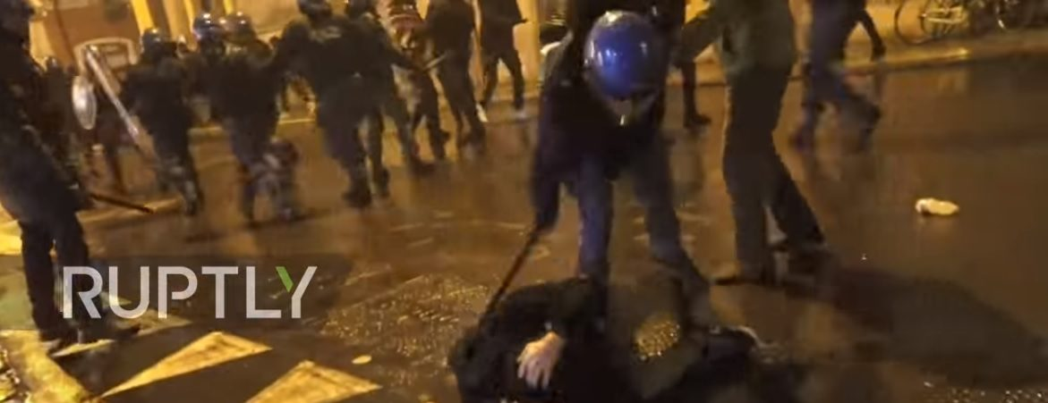 "An ""Anti-fascist"" is beaten with a baton (Screenshot / Ruptly / Youtube)"