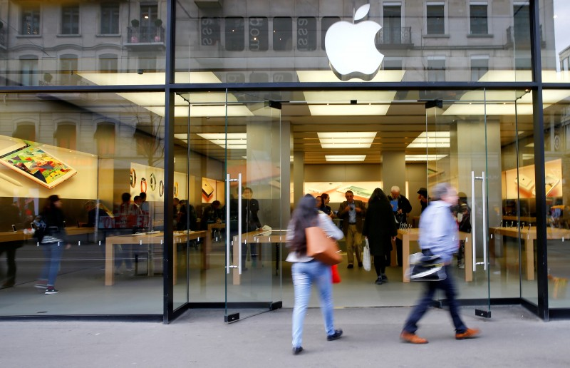 FILE PHOTO: People walk in front of a branch of U.S. technology company Apple in Zurich, Switzerland April 5, 2016. REUTERS/Arnd Wiegmann/File Photo