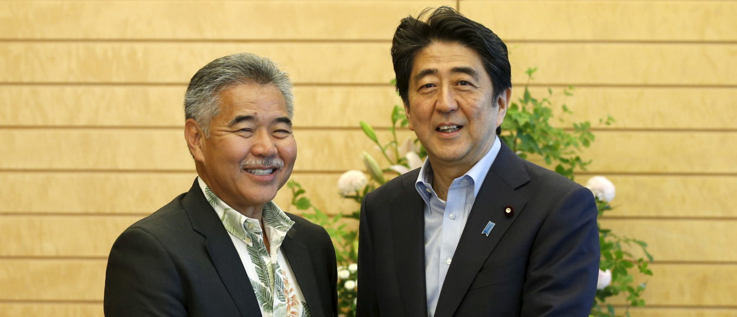 Hawaii Governor David Ige (L) shakes hands with Japan's Prime Minister Shinzo Abe at Abe's official residence in Tokyo, June 16, 2015.    REUTERS/Toru Hanai