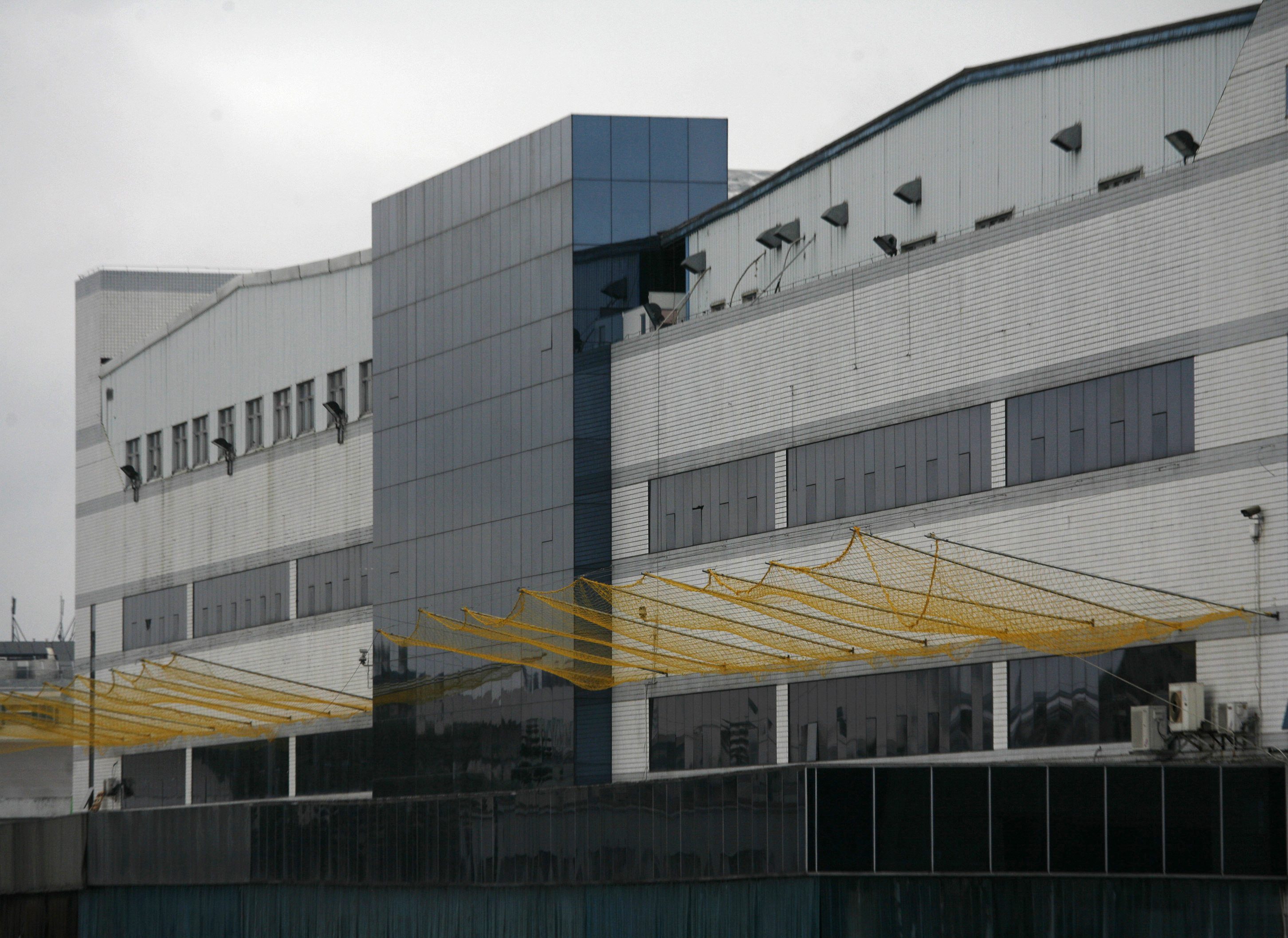 Newly installed nets to prevent workers from jumping to their deaths are pictured outside one of the Foxconn's factory buildings in the township of Longhua, in southern Guangdong province June 2, 2010. REUTERS/Bobby Yip