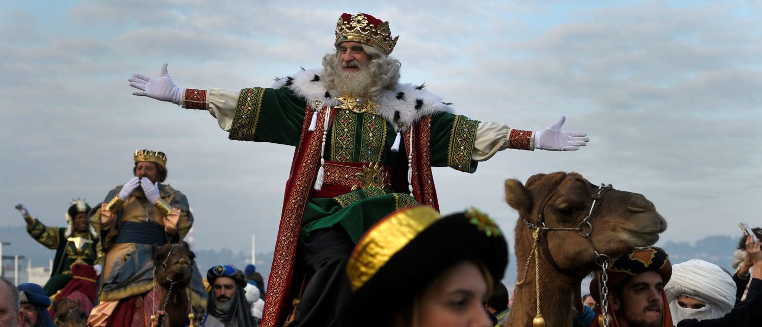 A man dressed as one of the Three Kings greets people during the Epiphany parade in Gijon, Spain January 5, 2017. REUTERS/Eloy Alonso