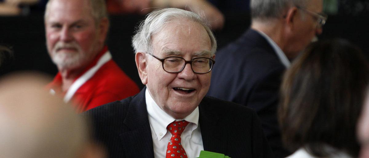 Billionaire financier and Berkshire Hathaway CEO Warren Buffett smiles as he plays bridge with shareholders during their annual meeting in Omaha, Nebraska, May 4, 2008. REUTERS/Carlos Barria