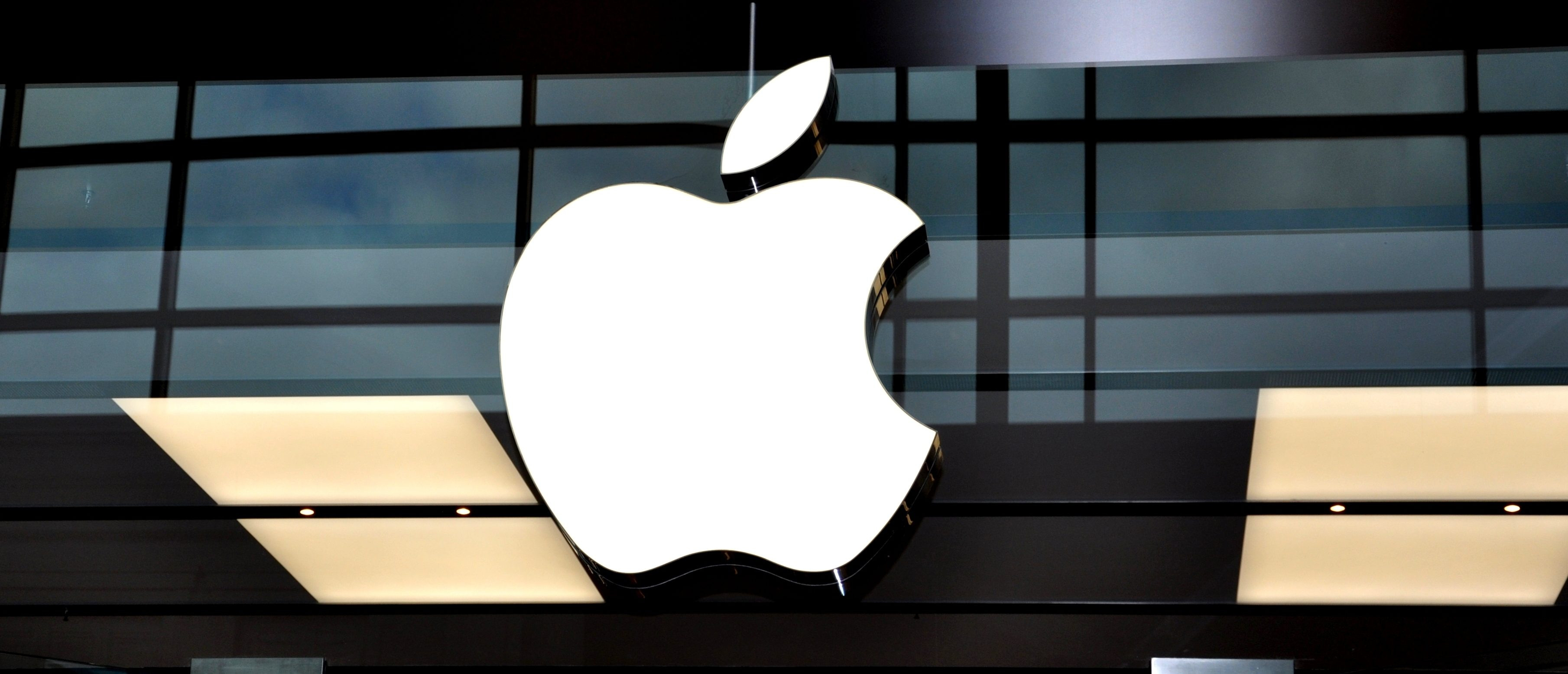 The Apple logo on a storefront. (Shutterstock)