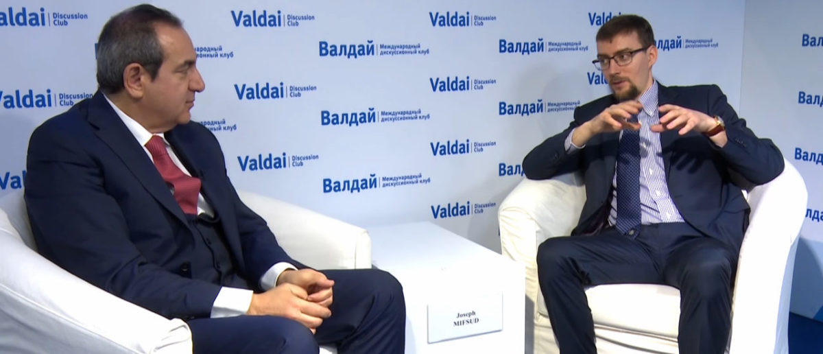 Joseph Mifsud (L) and Ivan Timofeev (R) at Valdai Discussion Club event, May 2016. (Photo: Screenshot/Valdai Club/YouTube)