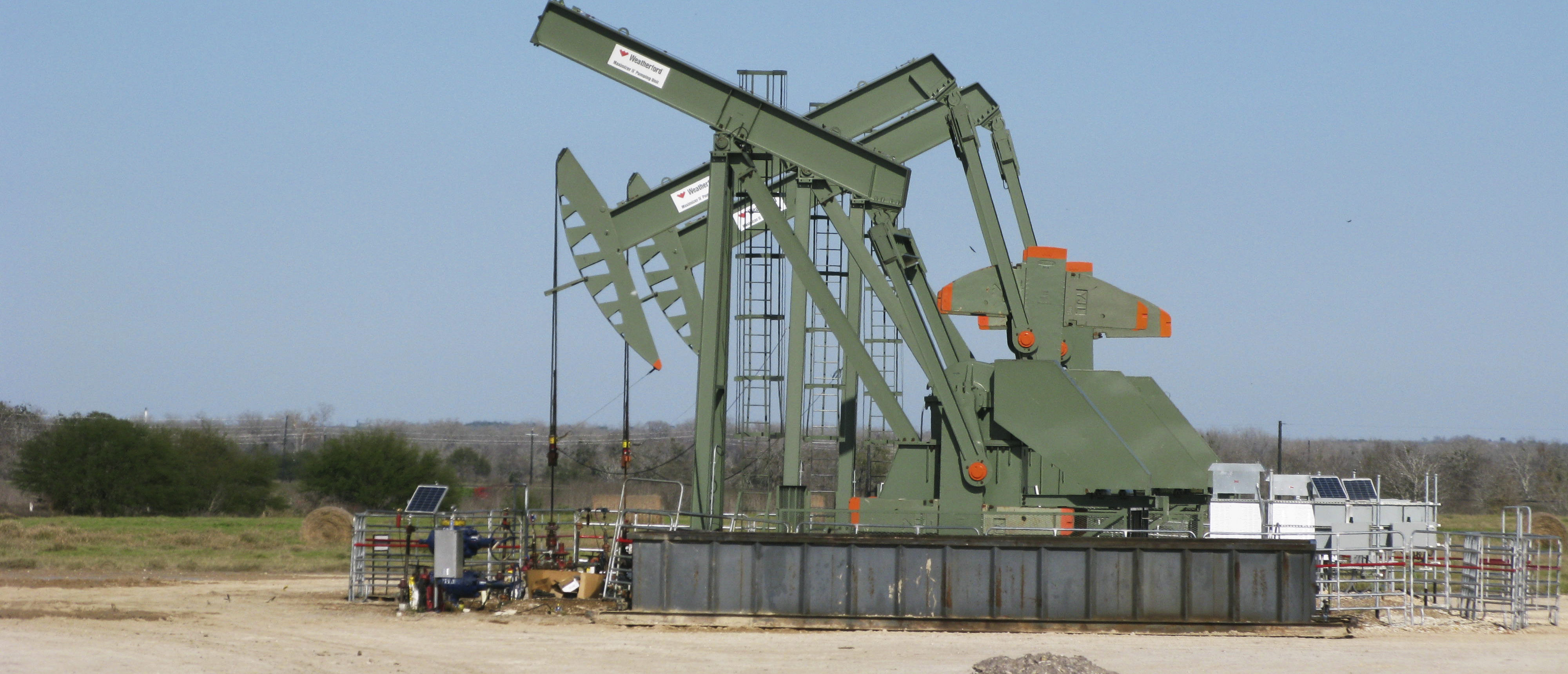 A pump jack stands idle in Dewitt County, Texas January 13, 2016. U.S. shale companies, which led the fracking revolution that unlocked vast new supplies of crude from rock, are fast losing their footing as a deeper plunge in oil to below $30 a barrel intensifies a financial tailspin that started more than a year ago. Picture taken on January 13, 2016. REUTERS/Anna Driver -