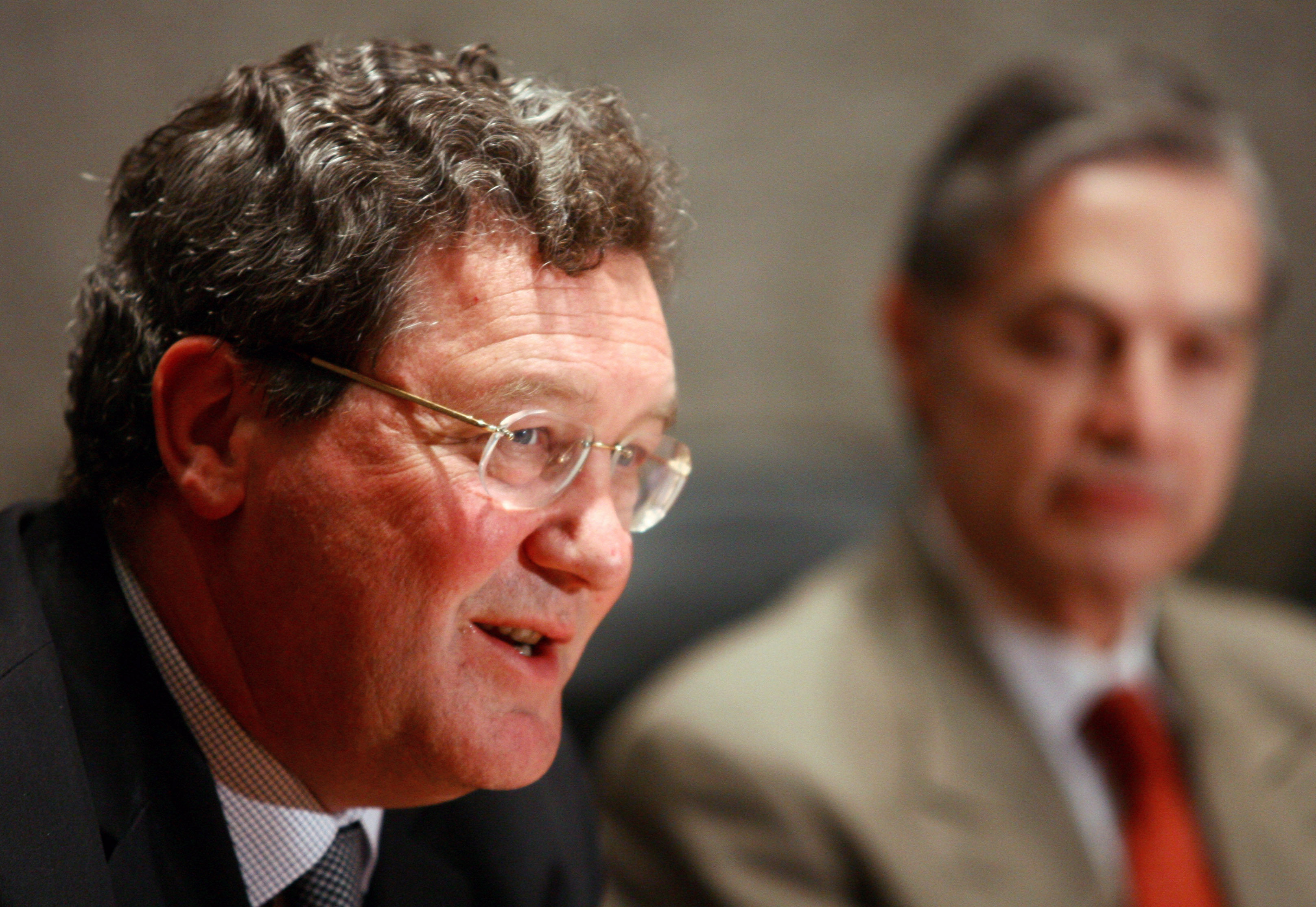 Australia's foreign minister Alexander Downer (L) speaks as his Mexican counterpart Luis Ernesto Derbez listens during a joint news conference at the foreign ministry in Mexico City January 6, 2005. The ministers announced that a committee of experts will be set up to research the possibility of a free trade agreement between the two countries. REUTERS/Andrew Winning