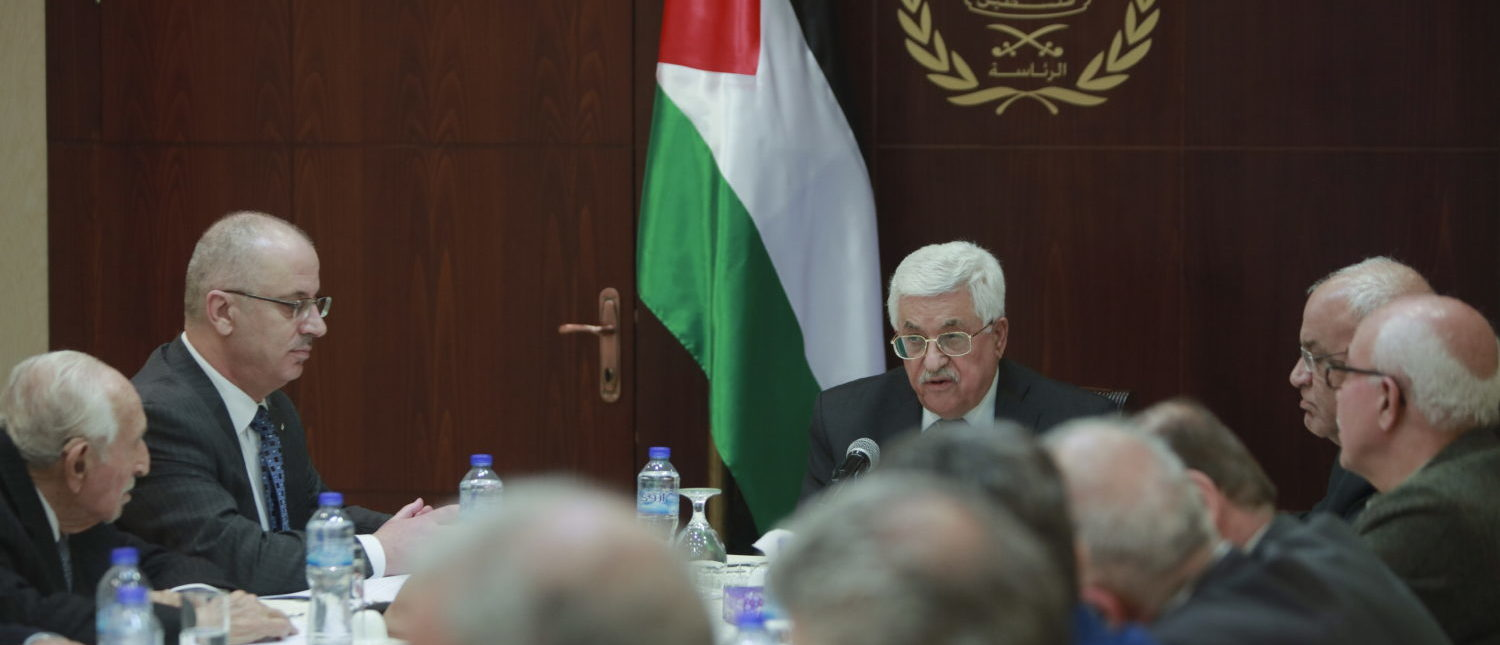 Palestinian President Mahmoud Abbas (C) chairs a meeting with the Palestinian Liberation Organisation's' (PLO) executive committee in the West Bank city of Ramallah March 1, 2016. REUTERS/Fadi Arouri/Pool -