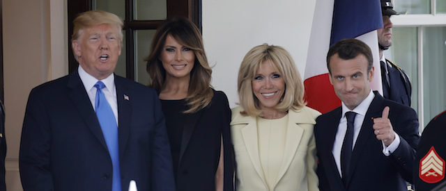 U.S. President Donald Trump and first lady Melania Trump welcome French President Emmanuel Macron and his wife Brigitte Macron as they arrive at the White House in Washington, U.S., April 23, 2018, REUTERS/Carlos Barria - HP1EE4N1NMHWJ