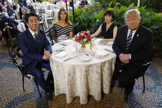 U.S. President Donald Trump (R) and first lady Melania Trump (2nd from L) sit down for dinner with Japan's Prime Minister Shinzo Abe and Abe's wife Akie at Trump's Mar-a-Lago estate in Palm Beach, Florida, U.S., April 17, 2018. REUTERS/Kevin Lamarque - HP1EE4H1TCYQV