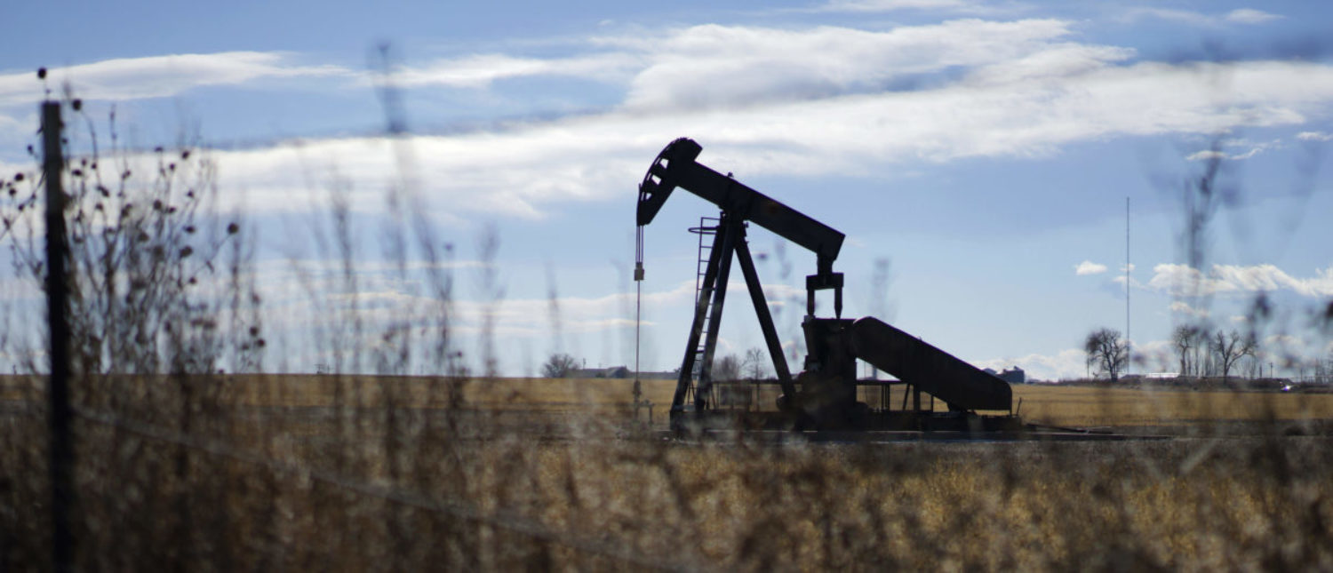 An oil well is seen near Denver, Colorado February 2, 2015. Oil prices may stay depressed until summer due to weak seasonal demand even as Saudi Arabia's strategy of curbing the output growth of rival producers might have started achieving tangible results, OPEC delegates told Reuters. REUTERS/Rick Wilking
