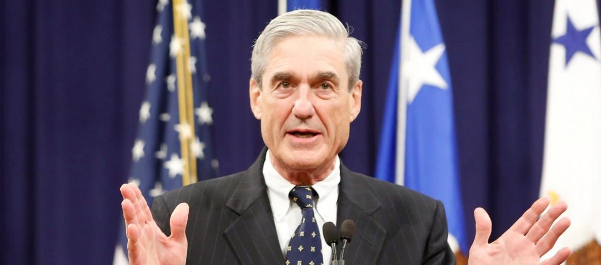 FILE PHOTO - Outgoing FBI Director Robert Mueller reacts to applause from the audience during his farewell ceremony at the Justice Department in Washington, DC, U.S. on August 1, 2013. REUTERS/Jonathan Ernst/File Photo | Mueller Reveals Manafort Warrant Details