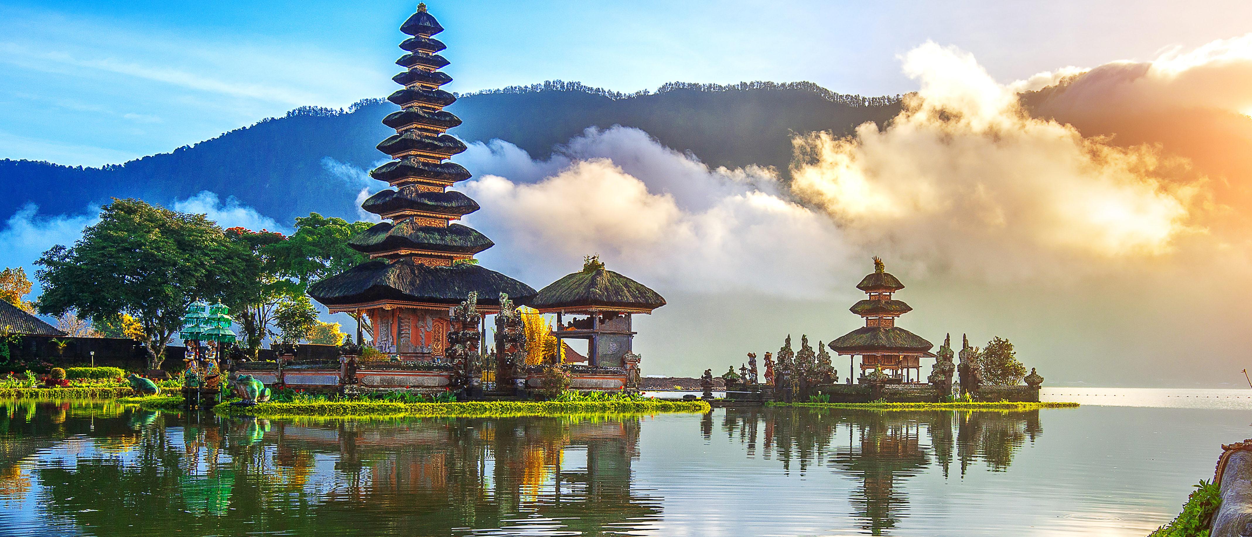 Pura ulun danu bratan temple in Bali, indonesia. (Shutterstock)