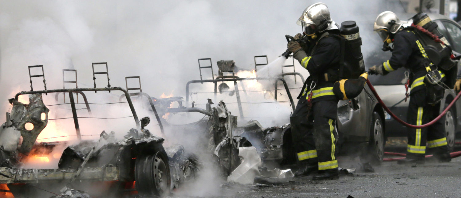 Firemen are in action to extinguish a fire set on two electric cars of the Autolib sharing service, on October 14, 2013 in Paris. (Photo: KENZO TRIBOUILLARD/AFP/Getty Images)