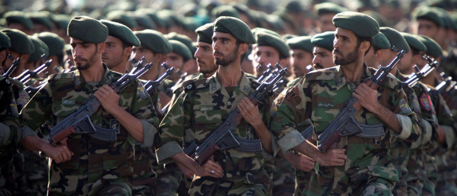 Members of Iran's Revolutionary Guards march during a military parade to commemorate the 1980-88 Iran-Iraq war in Tehran September 22, 2007. REUTERS/Morteza Nikoubazl/File Photo -
