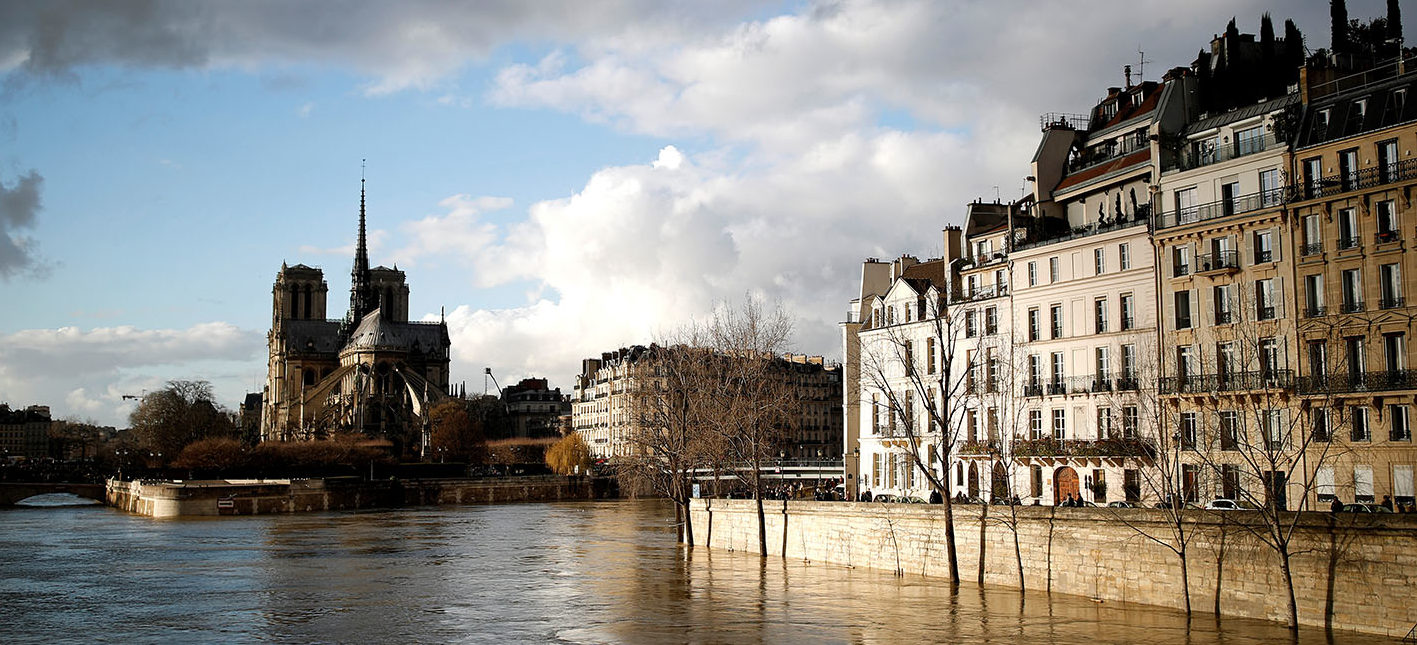 The rear of the Notre Dame Cathedral in Paris is seen as the muddy Seine River covers its banks after days of almost non-stop rain causes flooding in France, January 26, 2018. REUTERS/Christian Hartmann