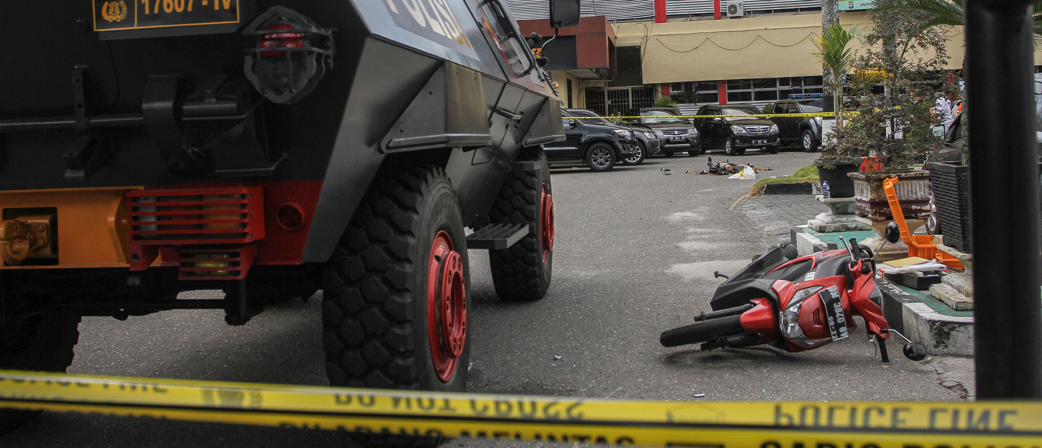 A general view of the scene following an attack at the entrance of a police station in Pekanbaru, Indonesia May 16, 2018 in this photo taken by Antara Foto. Antara Foto/ Rony Muharrman/ via REUTERS  ATTENTION EDITORS - THIS IMAGE WAS PROVIDED BY A THIRD PARTY. MANDATORY CREDIT. INDONESIA OUT. NO COMMERCIAL OR EDITORIAL SALES IN INDONESIA. TEMPLATE OUT. - RC13C5D71960