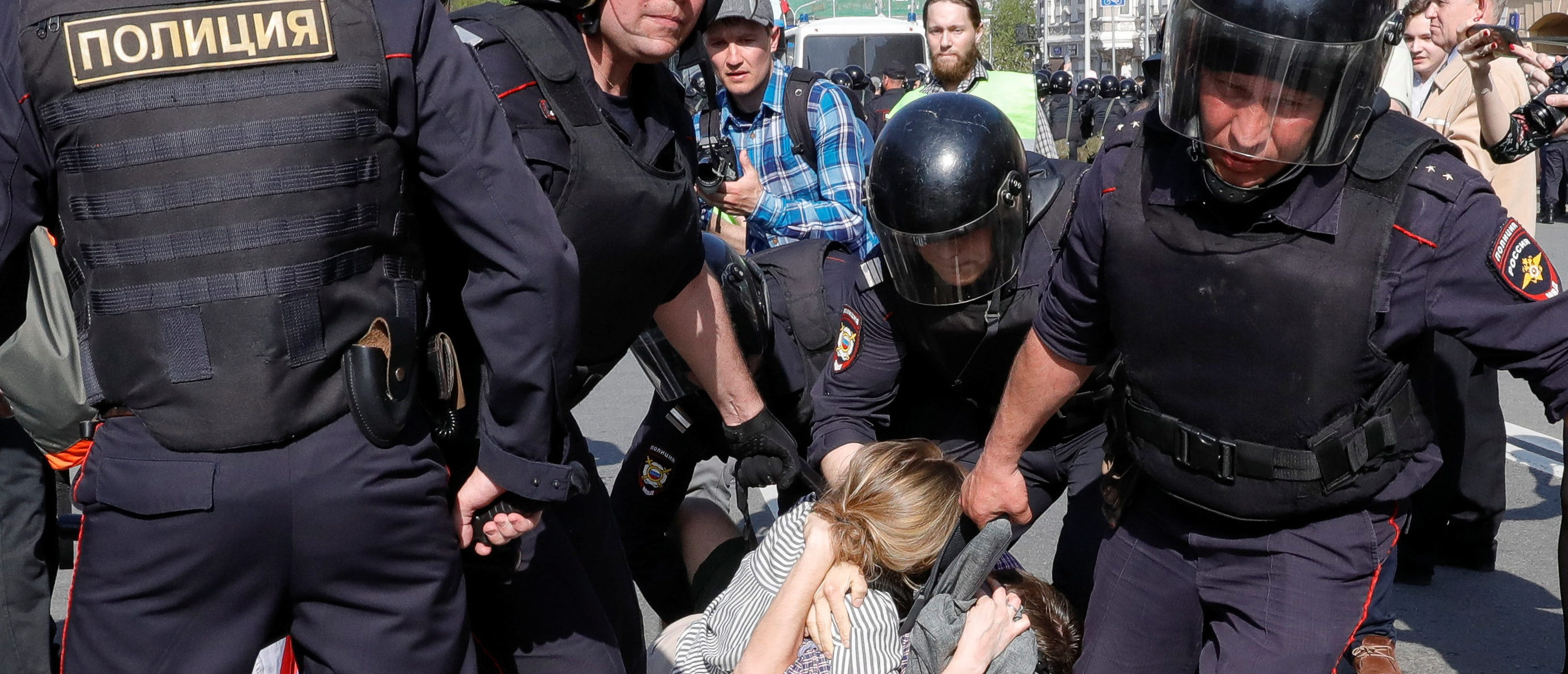 Policemen detain opposition supporters during a protest ahead of President Vladimir Putin's inauguration ceremony, Moscow, Russia May 5, 2018. REUTERS/Tatyana Makeyeva - RC13FDD53A70
