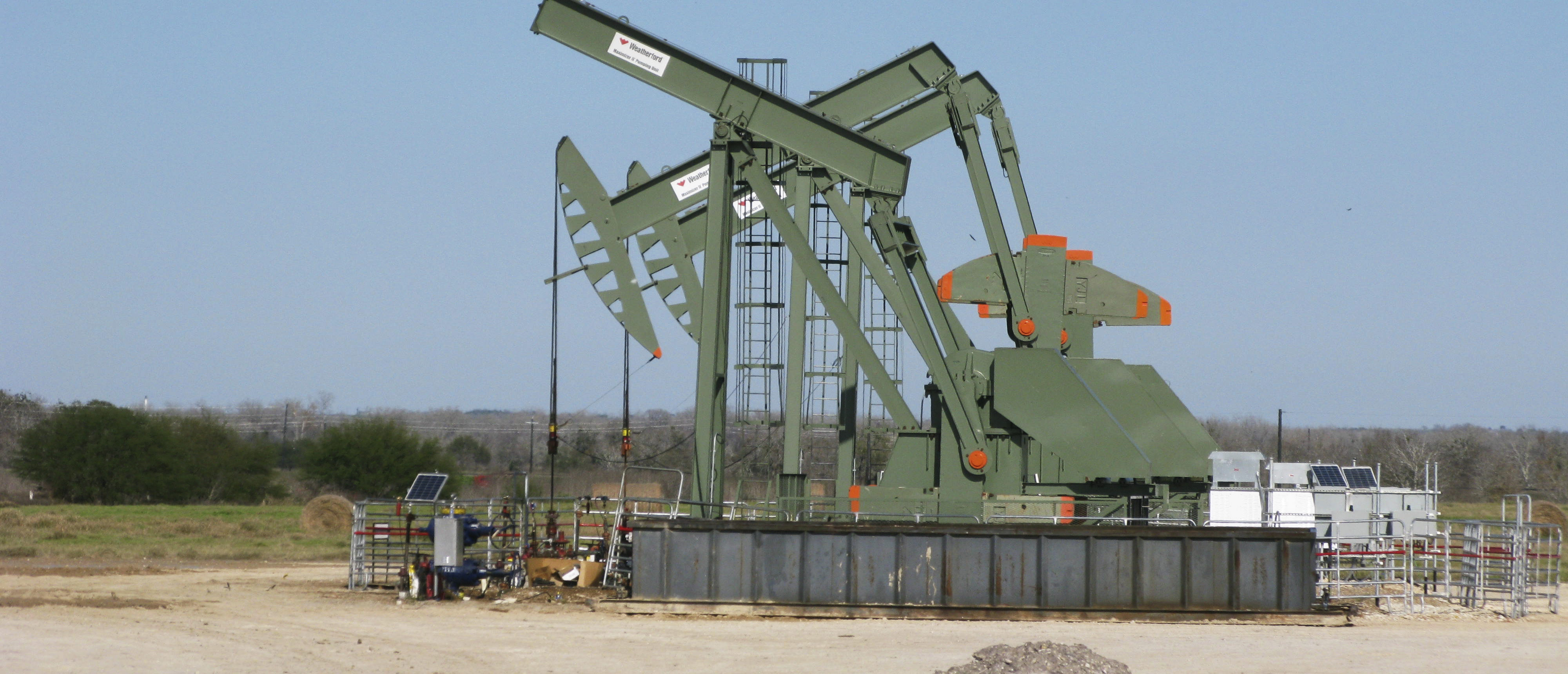 A pump jack stands idle in Dewitt County, Texas January 13, 2016. U.S. shale companies, which led the fracking revolution that unlocked vast new supplies of crude from rock, are fast losing their footing as a deeper plunge in oil to below $30 a barrel intensifies a financial tailspin that started more than a year ago. Picture taken on January 13, 2016. REUTERS/Anna Driver