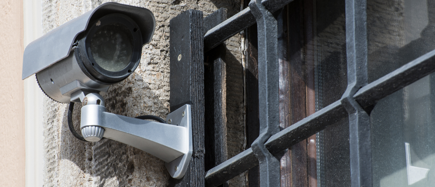 Security with a video surveillance camera at a jailhouse window (Photo: Shutterstock/manfredxy) | Costa Rica Prison Cams Stored Two Years