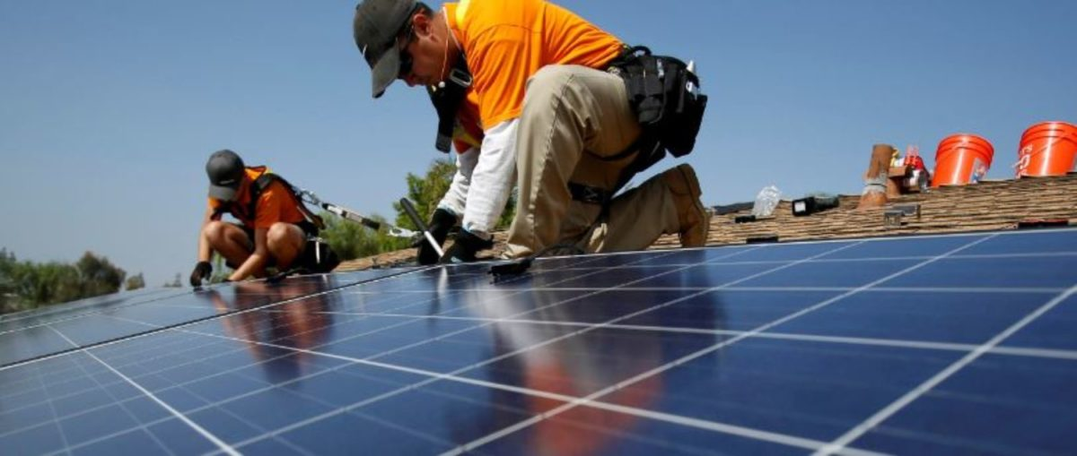FILE PHOTO: Solar technicians install solar panels on the roof of a house in Mission Viejo, California, U.S. October 25, 2013. REUTERS/Mario Anzuoni/File Photo   Solar Jobs Dropped As Coal Plugs Along