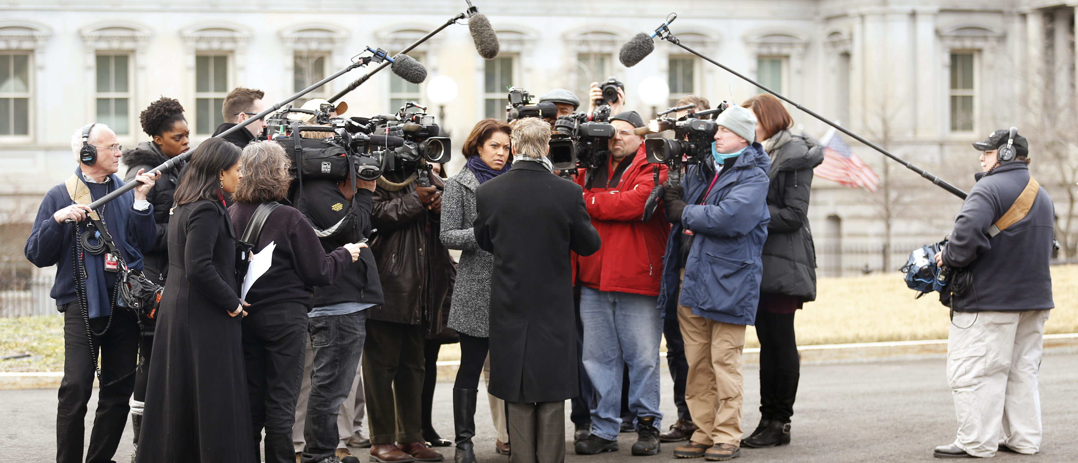 Reporters and TV crews surround Senator Rand Paul (R-KY) (back to camera) in the driveway of the White House in Washington January 9, 2014. REUTERS/Kevin Lamarque